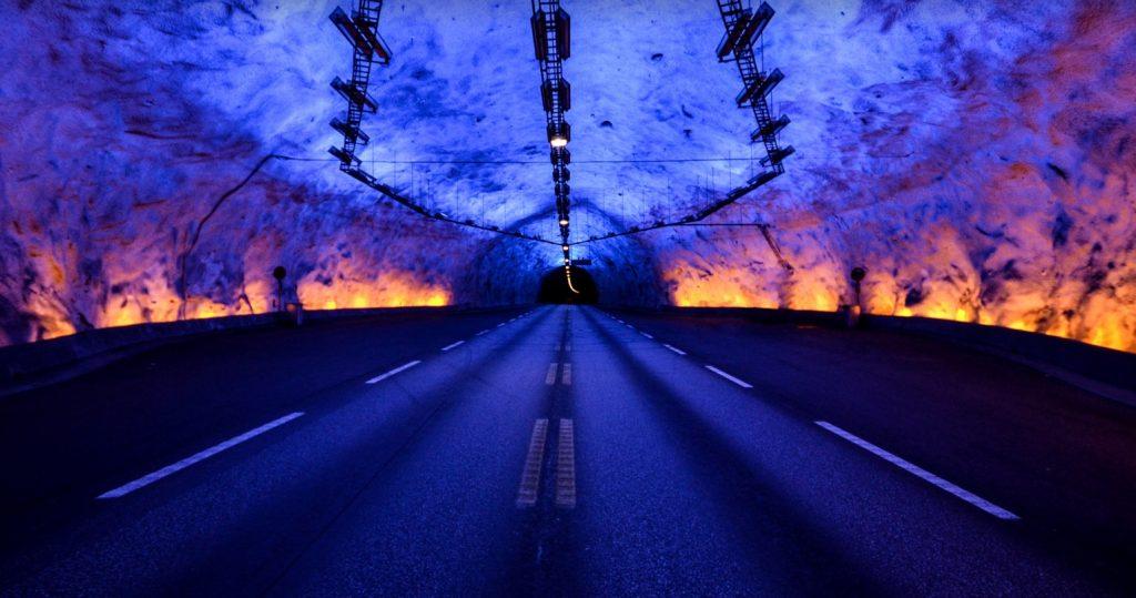 世界最長のトンネル 車1