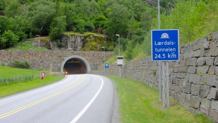 世界一長いトンネル 車2