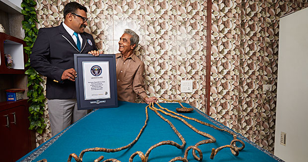 引用 : http://www.guinnessworldrecords.com/news/2015/9/record-holder-profile-video-shridhar-chillal-and-the-longest-fingernails-ever-398817